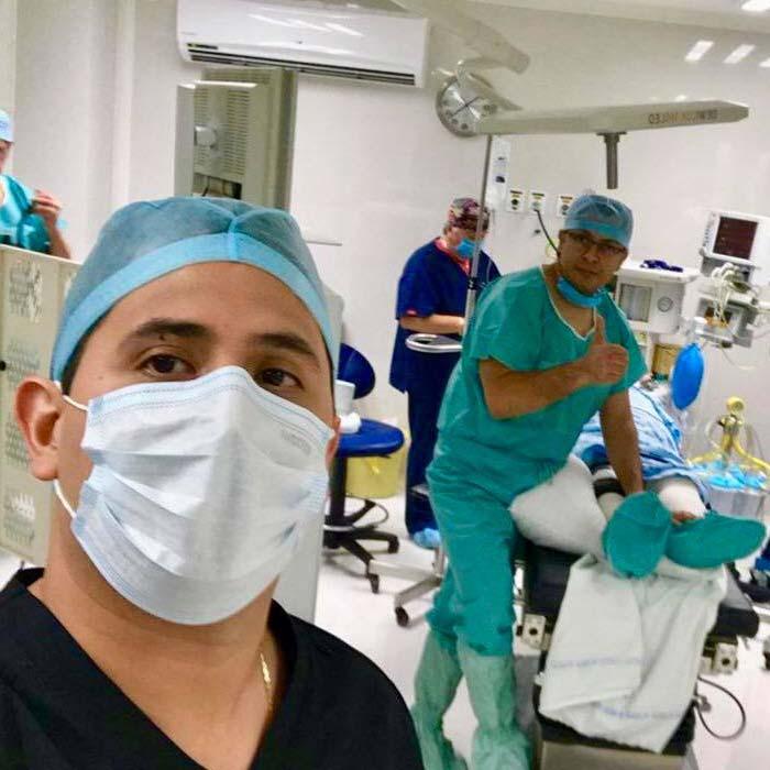 El Dr. Mario Suárez y su equipo de trabajo en una cirugía