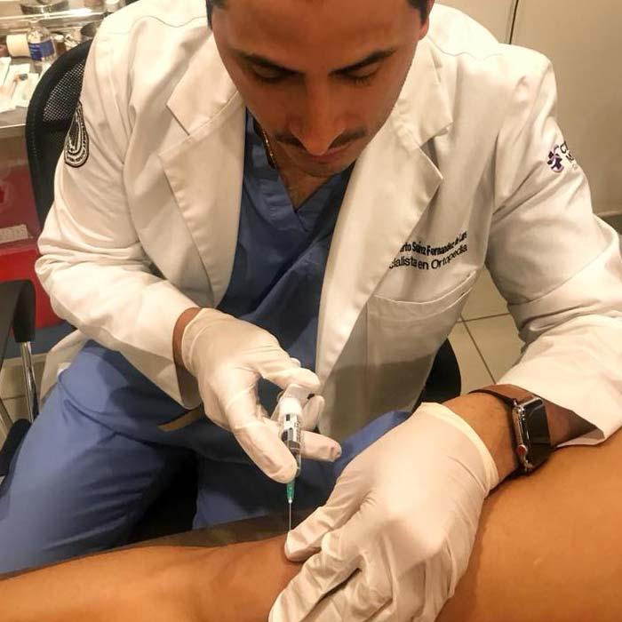 El Dr. Mario Suárez en una consulta en el hospital Ángeles en Villahermosa